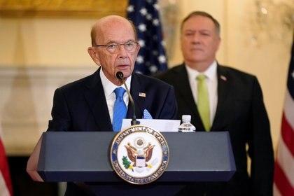 FOTO DE ARCHIVO: El Secretario de Comercio de EEUU, Wilbur Ross, habla junto al Secretario de Estado Mike Pompeo durante una conferencia de prensa el 21 de septiembre de 2020 (Patrick Semansky/Pool vía REUTERS)