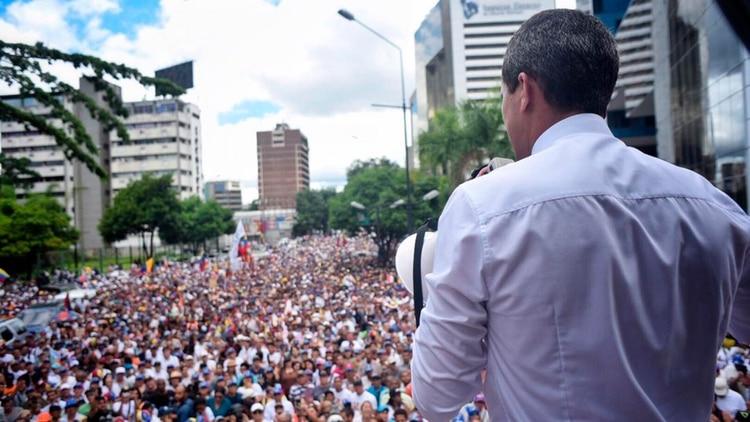 Juan Guaidó frente a una multitud en una protesta contra el régimen de Maduro, el 5 de julio pasado