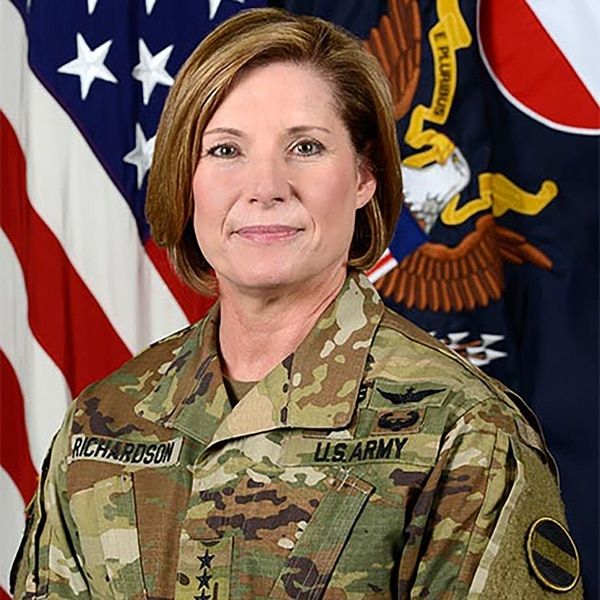 """Formada como piloto de helicóptero, Richardson avanzó luego en su carrera como oficial y rompió varios """"techos de cristal"""" (U.S. Army)"""