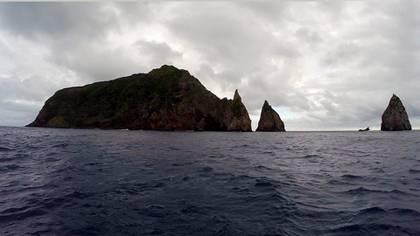 En 'Ata, los adolescentes encontraron un antiguo cráter de volcán, donde habían vivido los habitantes originales y prosperaban la malanga salvaje, los plátanos y los pollos