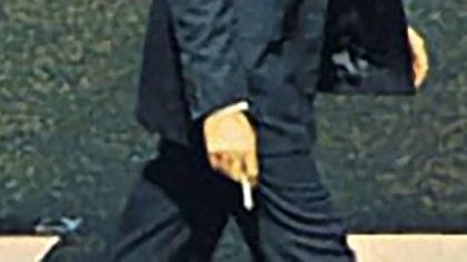 McCartney sostiene su cigarrillo en la mano derecha