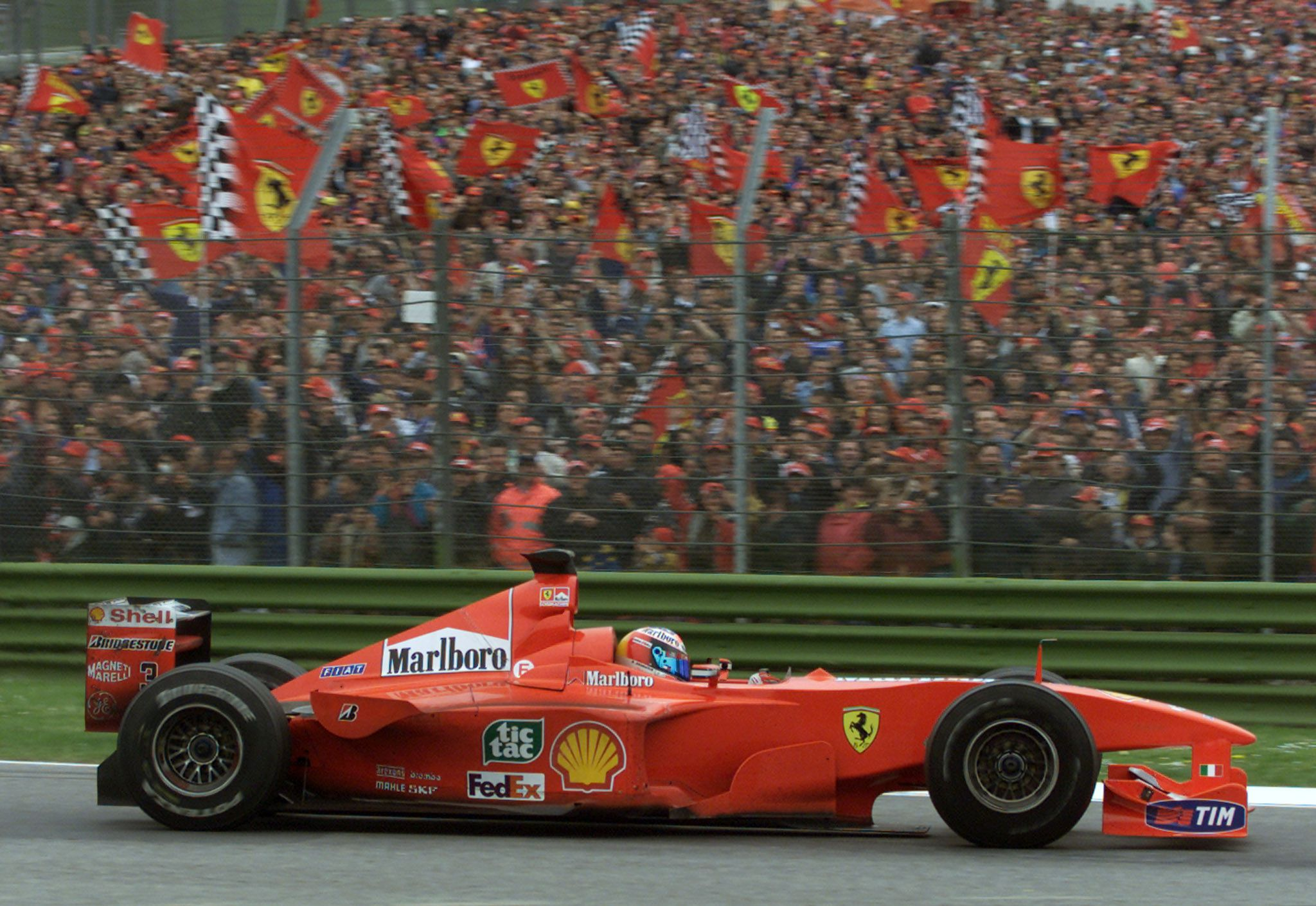 Michael Schumacher con su Ferrari en 2000. Con la Scuderia el Káiser batió muchos récords, entre ellos el de poles positions de Senna (REUTERS/Paolo Cocco/File Photo).