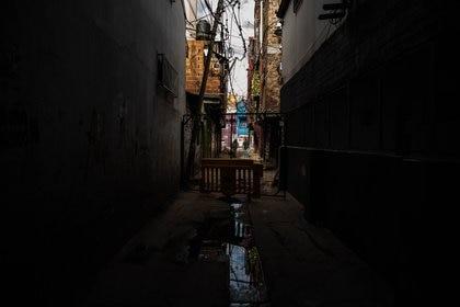 """""""Esto no sólo pasa en este barrio. Hay mucha hambre, además de que ahora también mucha sed. Hay una pobreza estructural que nos atraviesa desde siempre"""", dice una vecina (Fotos: Franco Fafasuli - Maximiliano Luna)"""