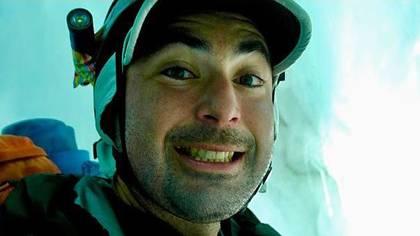 Parrington reconoció que las diversas capas de nieve que encontró a su paso frenaron su caída libre, lo que posiblemente le salvó la vida, por lo que se tomó una selfie cuando estuvo a salvo. (Foto: Graham Parrington)