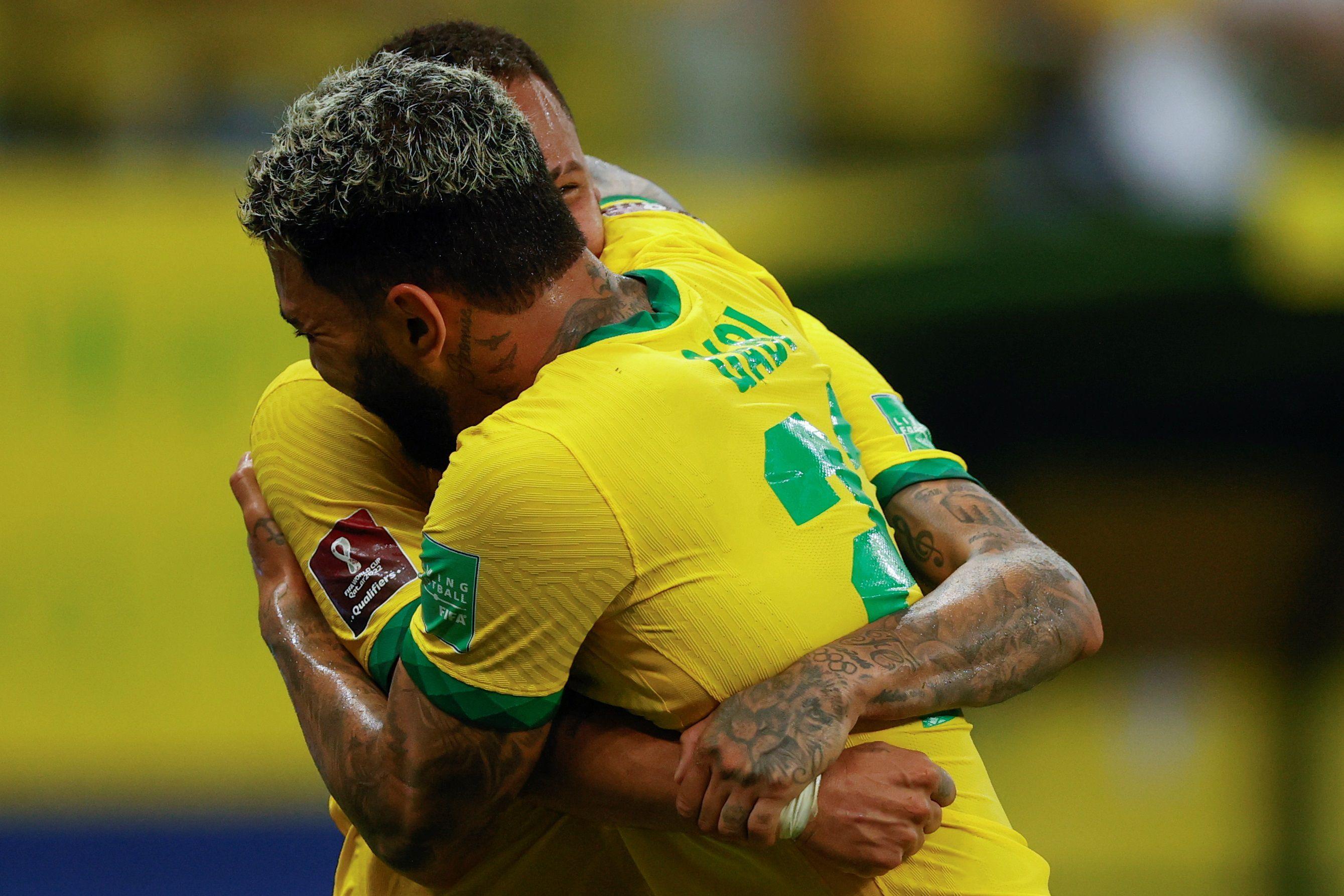 Gabriel Barbosa 'Gabi' (i) de Brasil celebra un gol con Neymar hoy, durante un partido por las eliminatorias sudamericanas entre Brasil y Uruguay para el Mundial de Catar 2022, en el estadio Arena da Amazonia en Manaus (Brasil). EFE/Fernando Bizerra