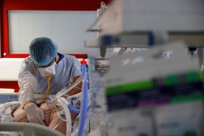 Ls hospitales están encendiendo ya las alarmas sobre un posible escenario similar al del peor momento de la pandemia porque los ingresos de pacientes por COVID-19 aumentan en todo EEUU. (REUTERS/Pascal Rossignol)