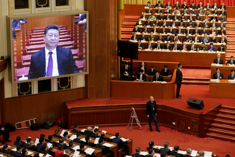 El presidente chino, Xi Jinping, es visto en una pantalla gigante durante la sesión de apertura de la Conferencia Consultiva Política del Pueblo Chino (CPPCC) en el Gran Salón del Pueblo en Beijing, China, el 3 de marzo de 2019. REUTERS / Jason Lee