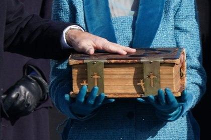 Biden puso su mano sobre una Biblia que ha estado en su familia por 127 años. El libro tiene cinco pulgadas de grosor, con una cubierta de cuero y cierres de metal. Autoridades señalaron que en su interior hay inscripciones con las fechas de cada una de sus ceremonias de juramento. REUTERS/Kevin Lamarque