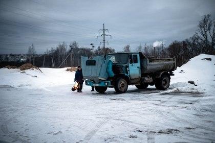 Un hombre intenta poner en marcha su camión en Pokrov (Dimitar Dolkoff/ AFP)
