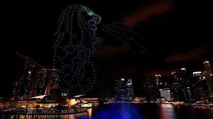 El Merlion, ícono del turismo, formado con drones sobre Marina Bay durante las celebraciones de Año Nuevo en Singapur (REUTERS/Edgar Su)