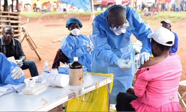 En 2014 el virus del ebola causó un brote en tres países de África occidental, con casi 30.000 casos y más de 11.000 muertes. (REUTERS/Olivia Acland)