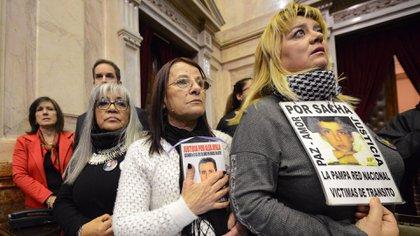 Víctimas de la violencia delictiva y vial reclamando en el Congreso