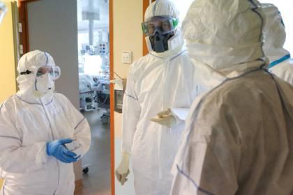 Los especialistas médicos que usan equipo de protección personal (PPE) hablan en una unidad de cuidados intensivos de la Clínica de la Universidad de Lomonosov, que brinda tratamiento a pacientes infectados con la enfermedad por coronavirus (COVID-19), en Moscú, Rusia, 20 de mayo de 2020. (Andrei Nikerichev / Moscú Agencia de noticias via REUTERS)