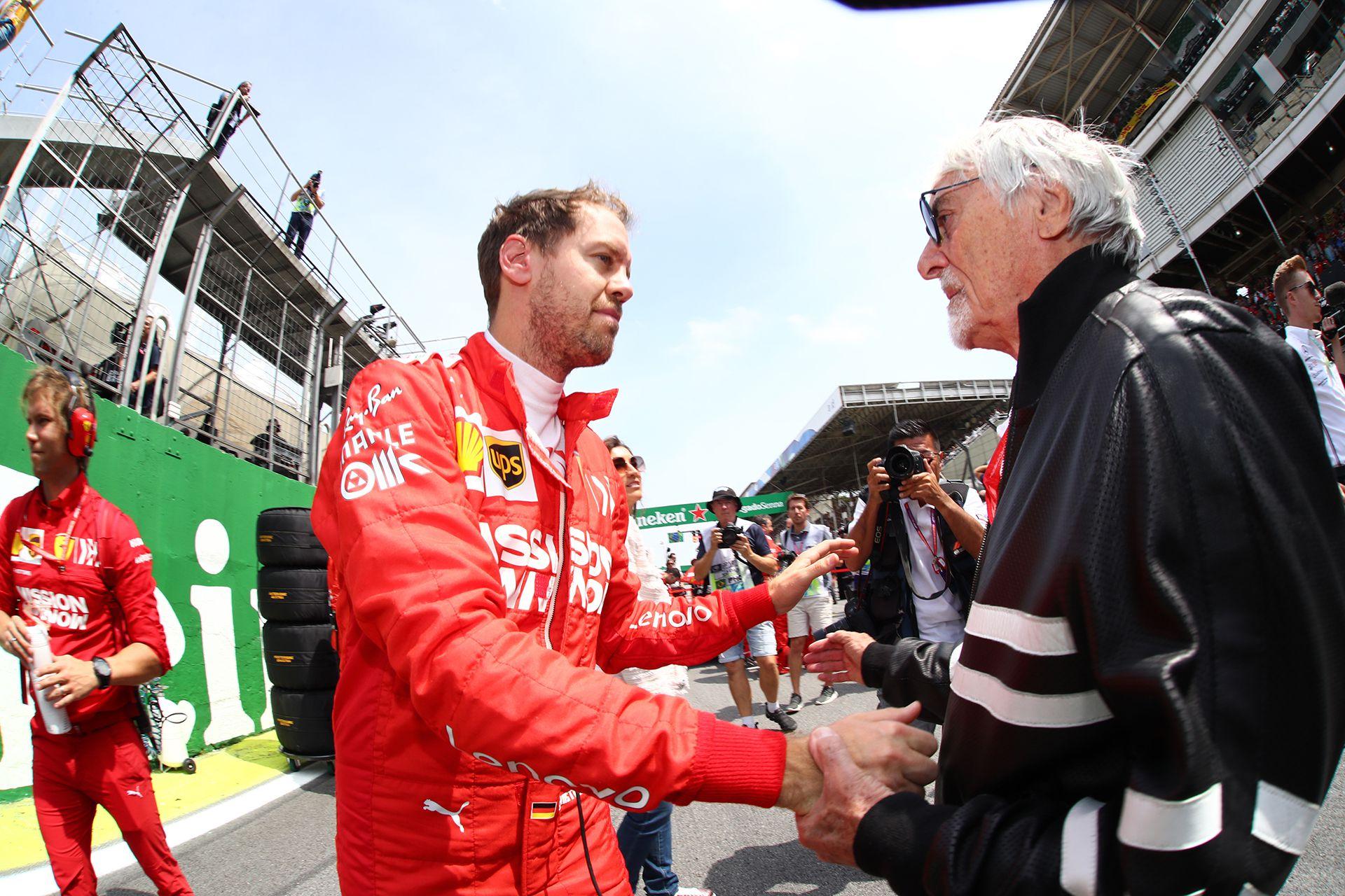 Bernie Ecclestone hablando en la grilla de partida de Interlagos con Sebastian Vettel, a quien apoya a pesar de su mal presente (GP Brasil / Beto Issa photos).