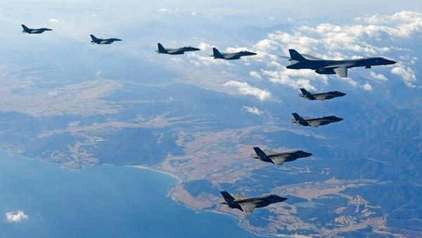 No es la primera vez que un Lancer, cuya base está en la isla de Guam, sobrevuela la península coreana (AFP)
