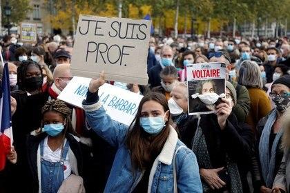 Una manifestación en la Plaza de la República de París en honor a Samuel Paty, el profesor decapitado por un fundamentalista islámico.  (REUTERS/Charles Platiau)