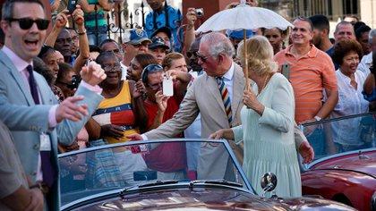 El príncipe Carlos y Camila de Cornualles durante una visita oficial a Cuba (AP)