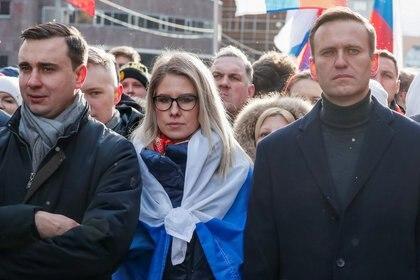 Alexei Navalny (der.), Liubov Sobol e Ivan Zhdanov en un acto de protesta en febrero de 2020, meses antes del envenenamiento de Navalny. (REUTERS/Shamil Zhumatov)