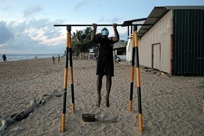 Un hombre se ejercita en las playas de Sri Lanka, en medio de la pandemia por COVID-19 REUTERS/Dinuka Liyanawatte