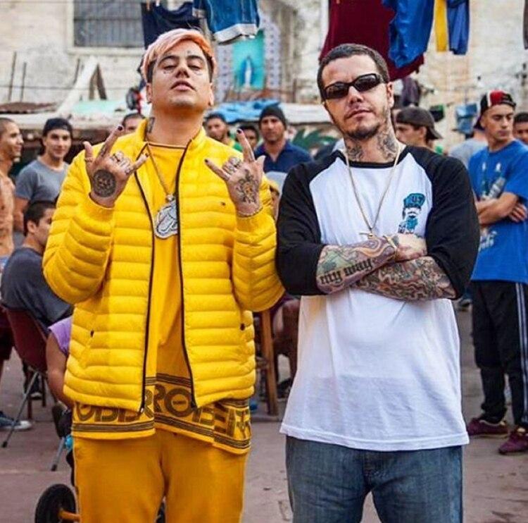 """Duki y Sebastián Ortega en la filmación de """"El Marginal 3"""". Cada uno con su estilo de siempre (Instagram)"""