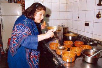 Mercedes Sosa en la cocina, durante un festejo del 25 de Mayo en Clásica y Moderna