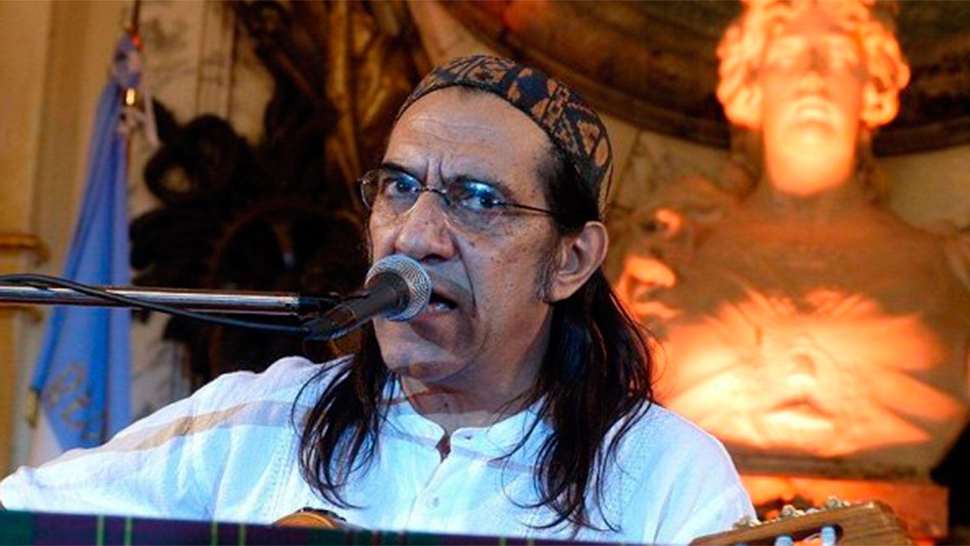 Con el álbum Fontova-2004-NEGRO obtuvo el Premio Carlos Gardel 2005 en el rubro Mejor Álbum Artista Canción Testimonial