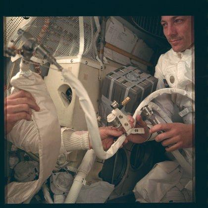 El astronauta John L. Swigert Jr, piloto del módulo de comando en el momento del armado del filtro que los ayudó a mantenerse con vida durante el accidentado viaje de la misión Apollo 13 (Reuters)