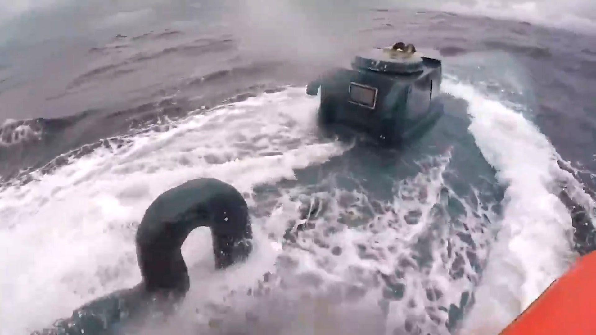 El jefe de la operación, a bordo de la embarcación de la Guardia Costera, es quién en el video indicó a los narcotraficantes que detuvieran la marcha. (Foto: captura de pantalla)