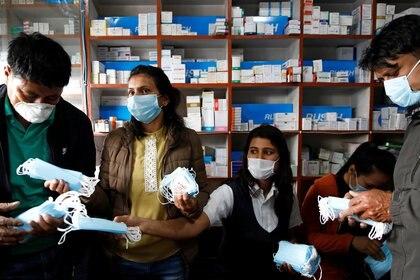 Empleados venden mascarillas en una farmacia en Katmandú, Nepal, el 20 de marzo de 2020 (REUTERS/Navesh Chitrakar)