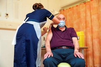 Brian Pinker, 82, fue la primera persona en recibir la vacuna de Oxford y AstraZeneca en el Reino Unido. Foto: Steve Parsons/via REUTERS