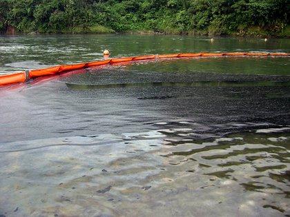 En la imagen, un derramamiento de petróleo que se produjo en Amazonía ecuatoriana. EFE/OCP/Archivo