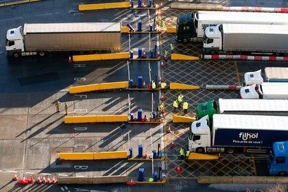 Camiones haciendo cola en el puerto de Dover este sábado en el Reino Unido (REUTERS/Peter Cziborra)