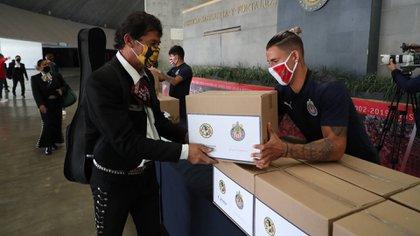 Chivas cumplió y repartió las despensas a los mariachis tras perder en el clásico nacional (Foto: Cortesía/ Club Guadalajara)