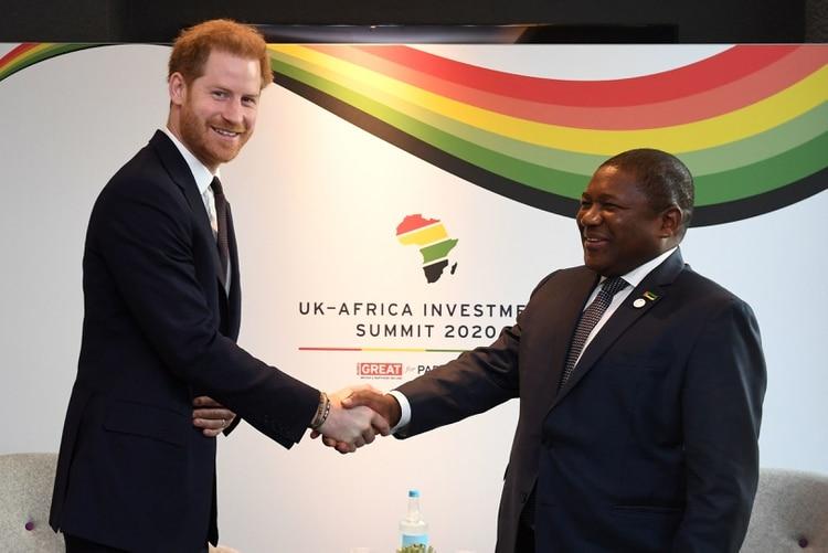 El príncipe Harry junto al presidente de Mozambique Filipe Nyusi (Stefan Rousseau / POOL / AFP)