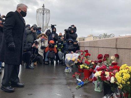 27/02/2021 El embajador estadounidense en Rusia, John J. Sullivan, en el homenaje al disidente ruso Boris Nemtsov, asesinado en 2015.  El opositor ruso Alexei Navalni, encarcelado en Rusia, ha sido galardonado con el Premio Nemtsov, que la fundación que lleva su nombre concede cada año coincidiendo con el aniversario de su muerte. Nemtsov, también perseguido por su disidencia, fue asesinado a tiros en Moscú el 27 de febrero de 2015.  POLITICA EUROPA RUSIA EMBAJADA DE EEUU EN RUSIA