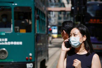 Una mujer con mascarilla tras la crisis de coronavirus en Hong Kong. REUTERS/Tyrone Siu/File Photo