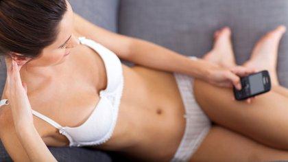 Hay otras formas de expresar el erotismo, como el sexting, las videollamadas, la lectura erótica y la masturbación, como alternativas a las relaciones sexuales con penetración (Shutterstock)
