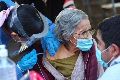 Imagen de archivo. Una mujer recibe una dosis de la vacuna contra el COVID-19 en Guadalajara, México. 21 de marzo de 2021. REUTERS / Henry Romero