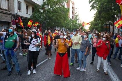 Otro motivo de polarización política creciente es el de las protestas ciudadanas en las calles. En la foto, una protesta frente a la sede del PSOE en Madrid este lunes (REUTERS/Sergio Perez)