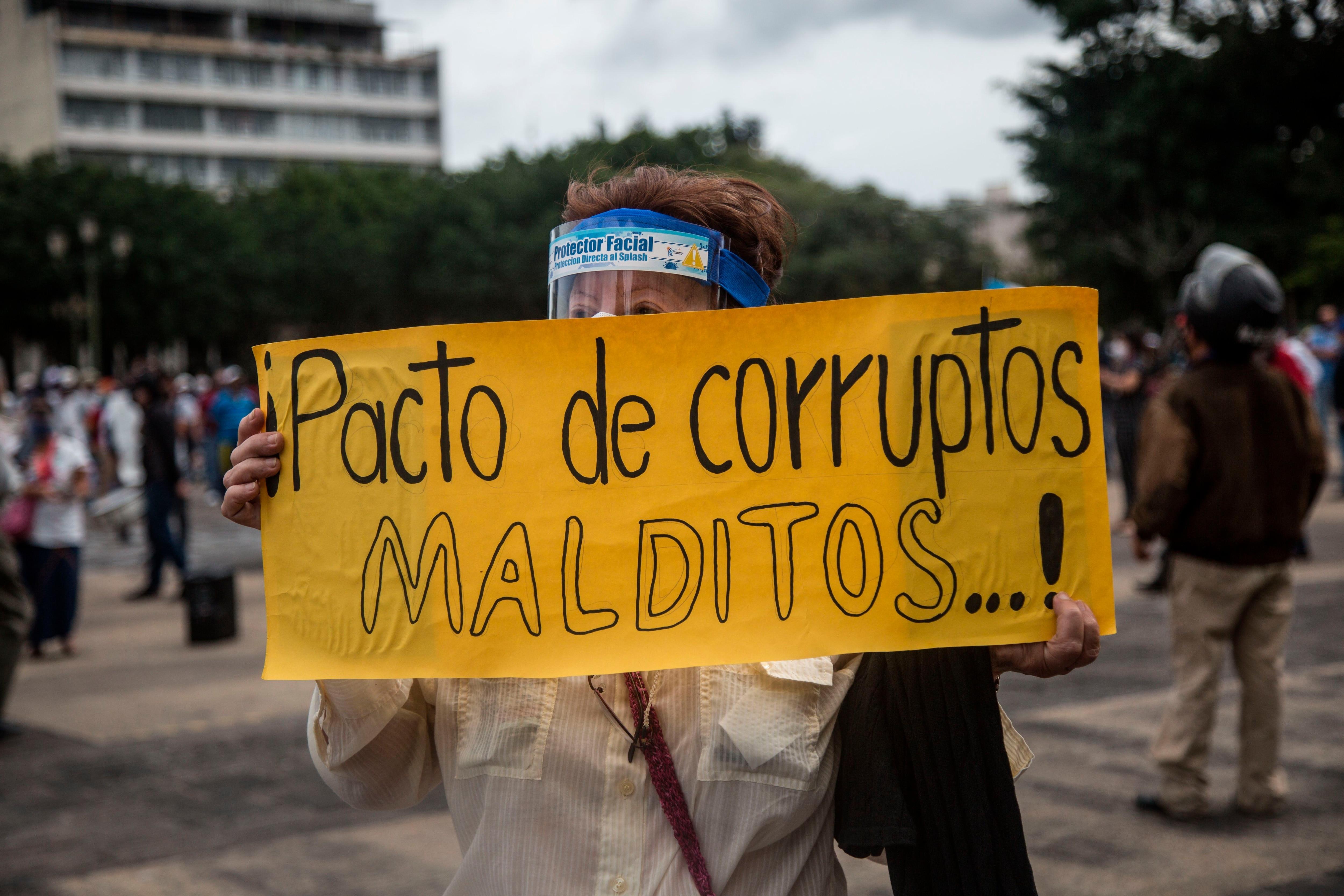 Ciudadanos protestan hoy contra el presidente de Guatemala, Alejandro Giammattei, en la Plaza de la Constitución, en Ciudad de Guatemala (Guatemala). EFE/ Esteban Biba