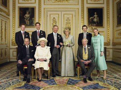 La boda de Camilla y Carlos, de un lado los príncipes William y Harry del otro Tom y Laura