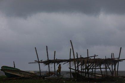 Paso del ciclón Burevi por Sri Lanka esta semana. EFE/EPA/CHAMILA KARUNARATHNE