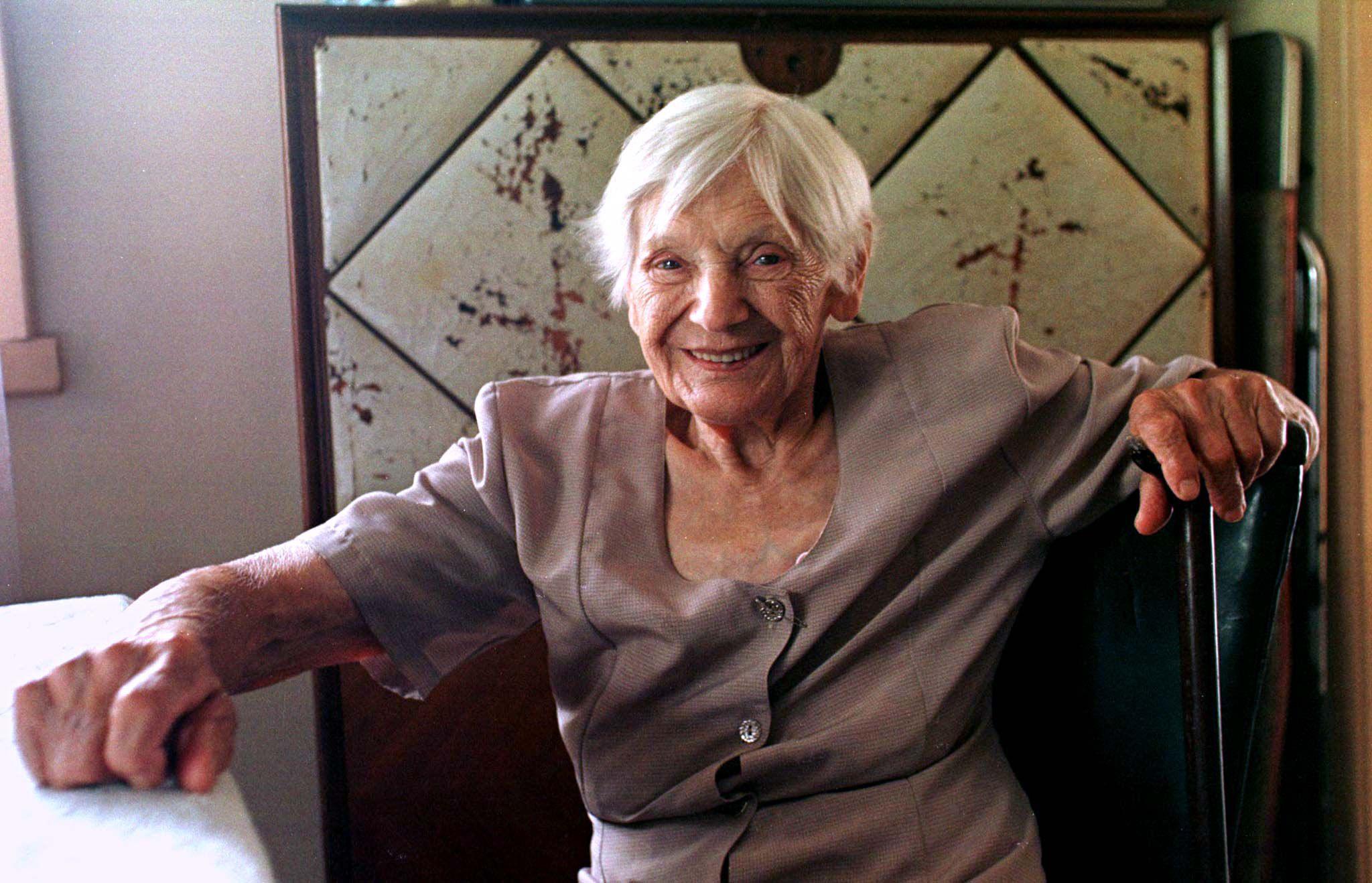 Emilie Schindler, viuda de Oskar Schindler, en una foto de febrero de 1998 en su casa en las afueras de Buenos Aires. Emilie murió el 5 de octubre de 2001 a los 94 años (REUTERS/Rickey Rogers/archivo)