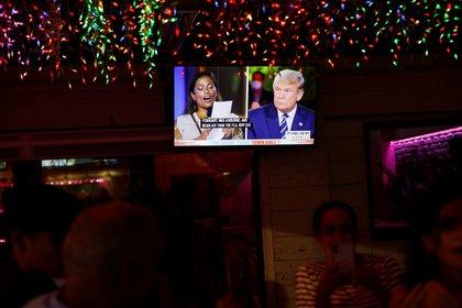 El evento del ayuntamiento del presidente de los Estados Unidos, Donald Trump, se ve en un monitor de televisión en el restaurante Luv Child antes de las elecciones en Tampa, Florida. REUTERS/Octavio Jones