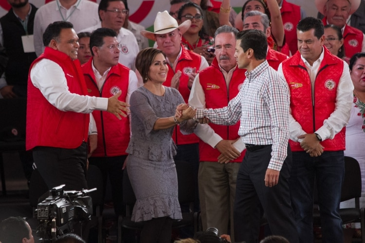 Enrique Peña Nieto, Presidente de México, saluda a Rosario Robles Berlanga, titular de la Sedesol (FOTO: MOISÉS PABLO /CUARTOSCURO)