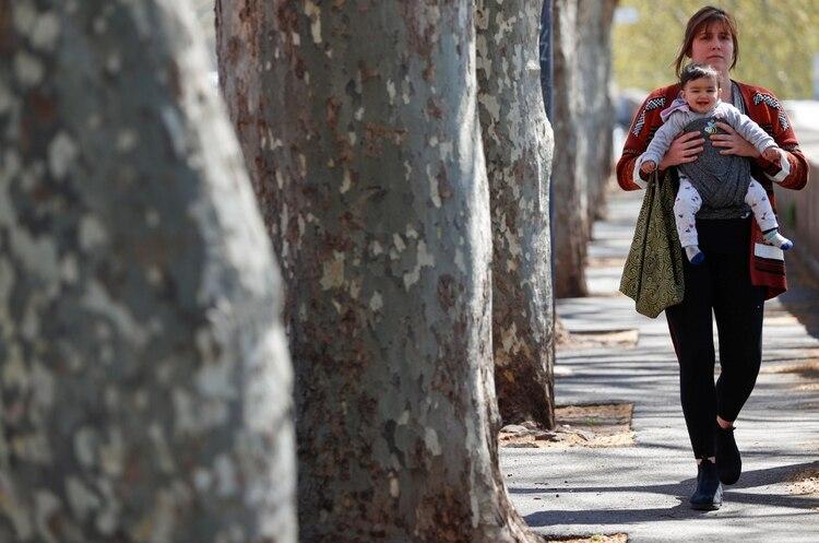 El anuncio no permite reuniones de adolescentes: solo se podrá pasear en compañía de un progenitor y con distanciamiento social (Reuters)