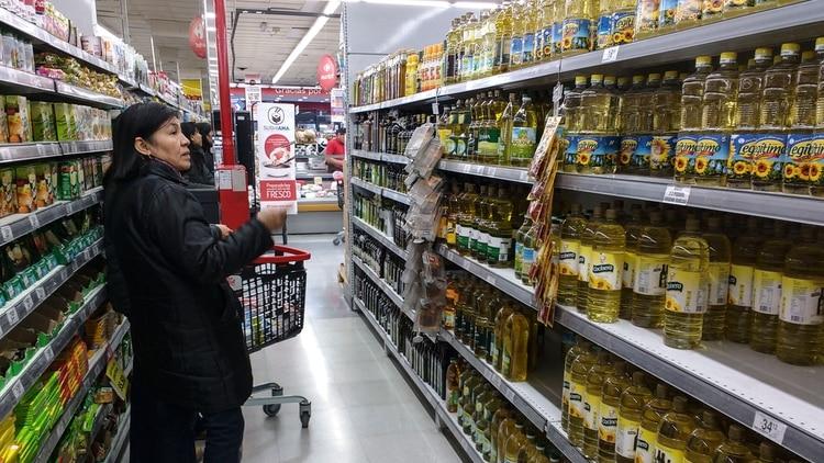 Algunos ejemplos son botellas de aceite de 1,5 litros a $166,58 contra los $121 de los productos de Precios Cuidados (una diferencia de 37%). (NA)