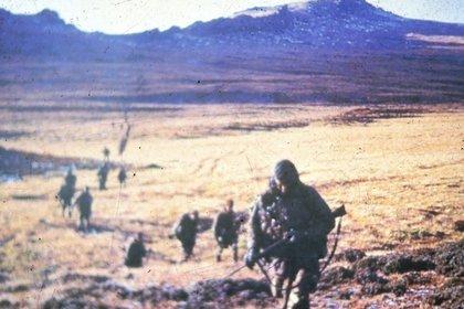 Los comandos con sus emblemáticas boinas en el regreso de díatras una de sus incursiones nocturnas en Malvinas