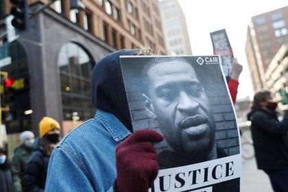 Un manifestante pide justicia por George Floyd, durante una protesta en Minneapolis (REUTERS/Octavio Jones)