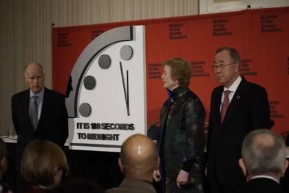 Edmund G Brown, Mary Robinson y Ban Ki-moon durante la conferencia de prensa en Washington DC con el Reloj del Apocalipsis, que se ha acercado más a la medianoche que nunca (Fotografía: Boletín de los científicos atómicos)